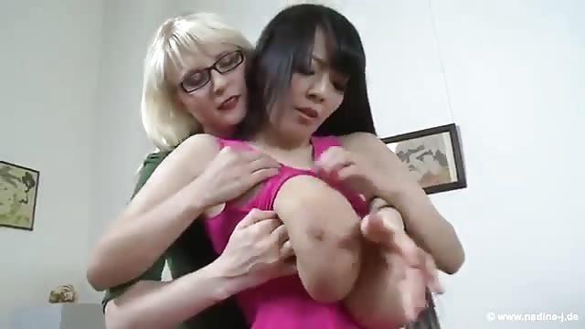 Lesbienne suce seins-5023