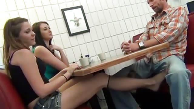 Tisch sex unterm Heimlich unterm