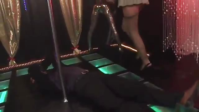 Auditie van stripper loopt uit op femdom ontmoeting