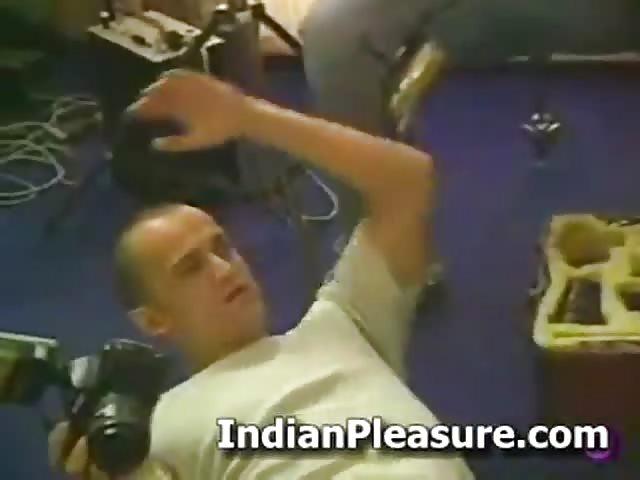 Chico indio jugando con no slstr