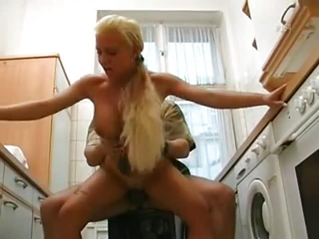 jaehrige blondine wird in der kueche gefickt.