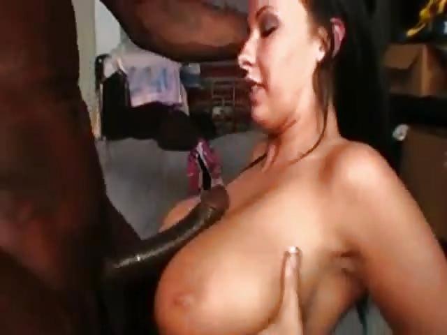 Interraciale seks met een rondborstige brunette