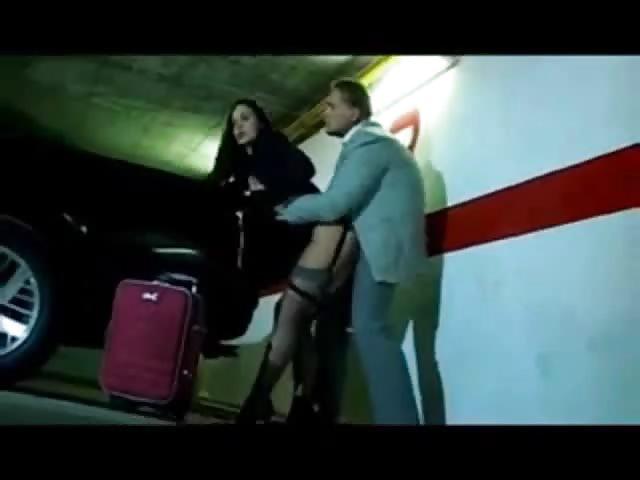 une baise rapide dans le parking d un aeroport