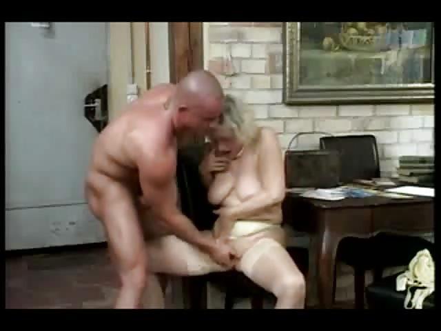 Grand-mère baisée correctement