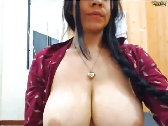 Latina Riesige Natürliche Titten
