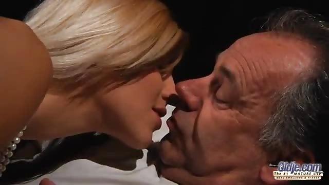 Peli porno gratis de nietas cachondas con abuelos guarros Seduciendo A Un Abuelo Serviporno Com