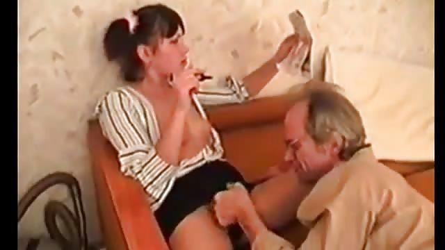 Älterer Mann leckt Teenie-Muschi