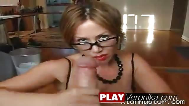Eva neukt met bril op