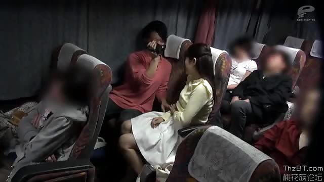 Asiatique à forte poitrine aime le sexe en publique et les vibros