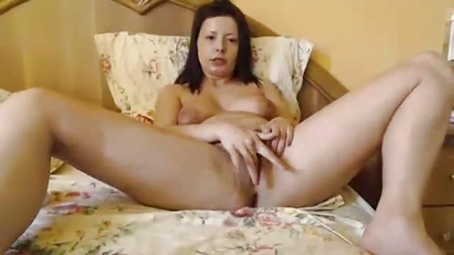 Frau klemmt ihre eigene Brust