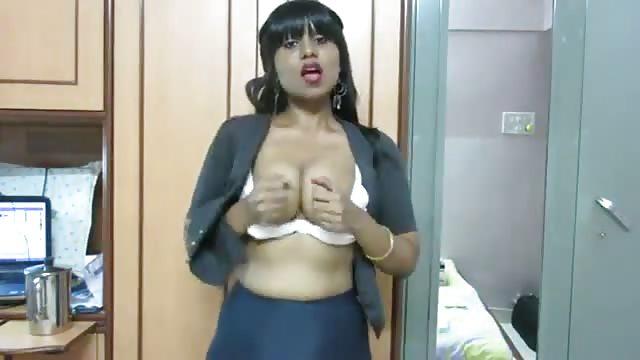 Une traînée indienne se change et se fesse le cul