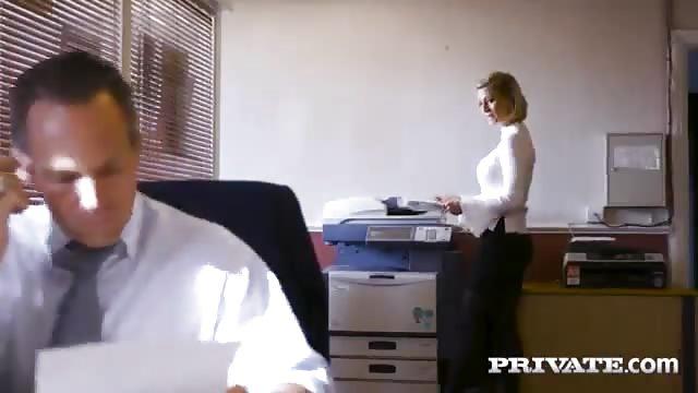 Una segretaria bionda seduce il capo