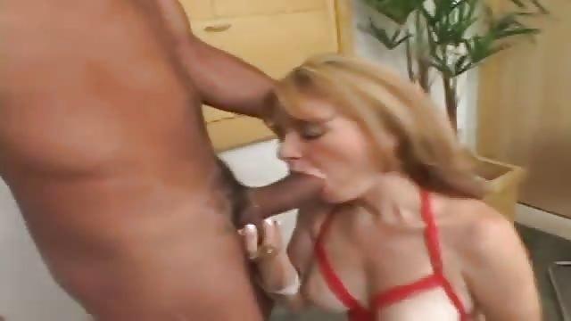 Adorando el culo y los pies de mi mujer 10