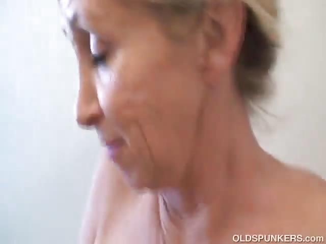 Der unter dusche nackt oma Nackte Fotzen