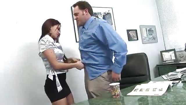 El jefe se folla a la jovencita morena -