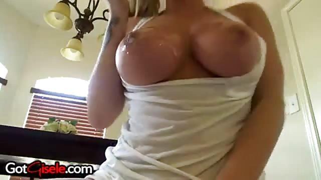 Una chica sey desnuda con tetas exuberantes