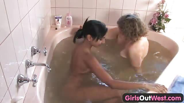 Der Lesbischer Badewanne in Sex Zwei Lesben