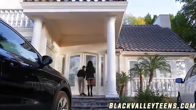Un mec blanc chanceux se tape une black