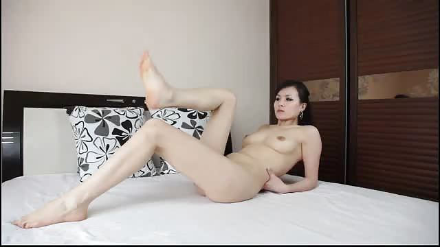 Aziatische meid pronkt met haar voeten
