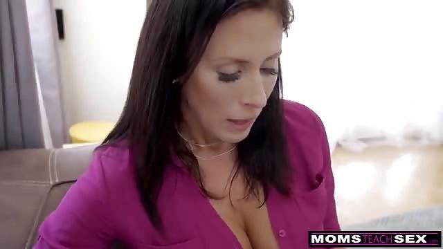 Maman à gros seins adore chevaucher