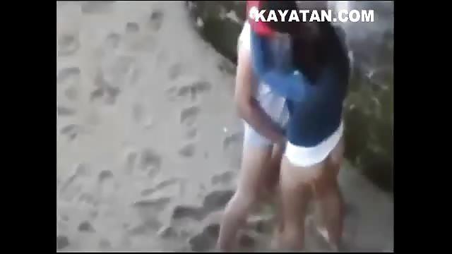 Adolescente indio masturbándose follando su apretado coño virgen 7