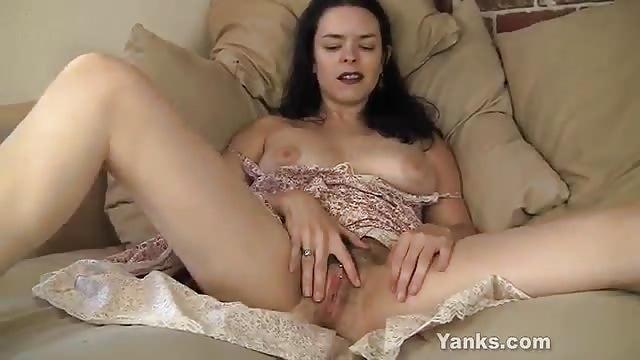 Pierced MILF Lucia masturbeert