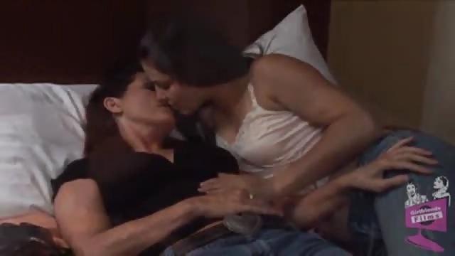 Lesbienne qui se touche les seins-4932